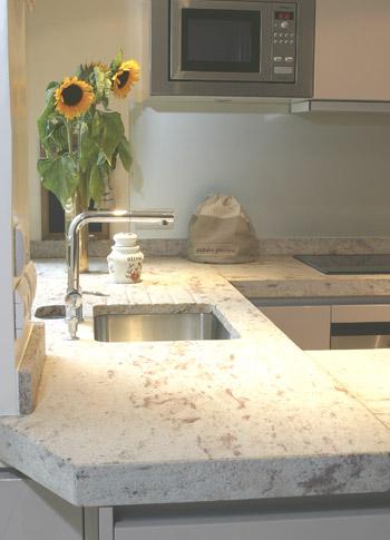 plan de travail amenagement cuisine avec la marbrerie des yvelines. Black Bedroom Furniture Sets. Home Design Ideas